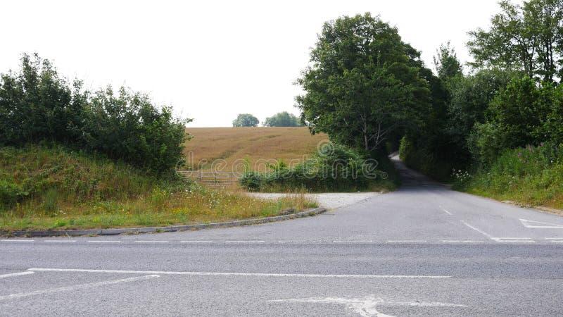 Πάροδοι & δρόμοι πορειών χώρας το καλοκαίρι, κανέναν αυτοκίνητο ή άνθρωπο στοκ εικόνα με δικαίωμα ελεύθερης χρήσης