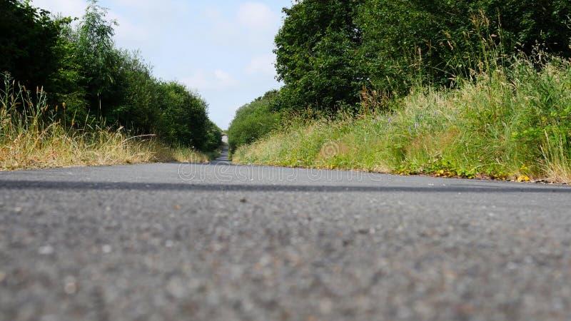 Πάροδοι & δρόμοι πορειών χώρας το καλοκαίρι, κανέναν αυτοκίνητο ή άνθρωπο στοκ φωτογραφία με δικαίωμα ελεύθερης χρήσης