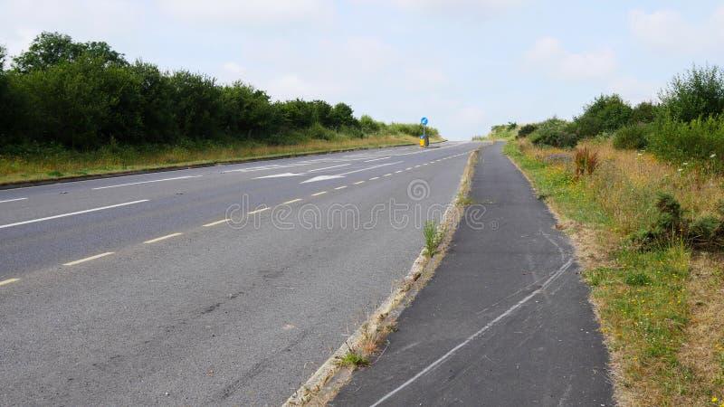 Πάροδοι & δρόμοι πορειών χώρας το καλοκαίρι, κανέναν αυτοκίνητο ή άνθρωπο στοκ εικόνες