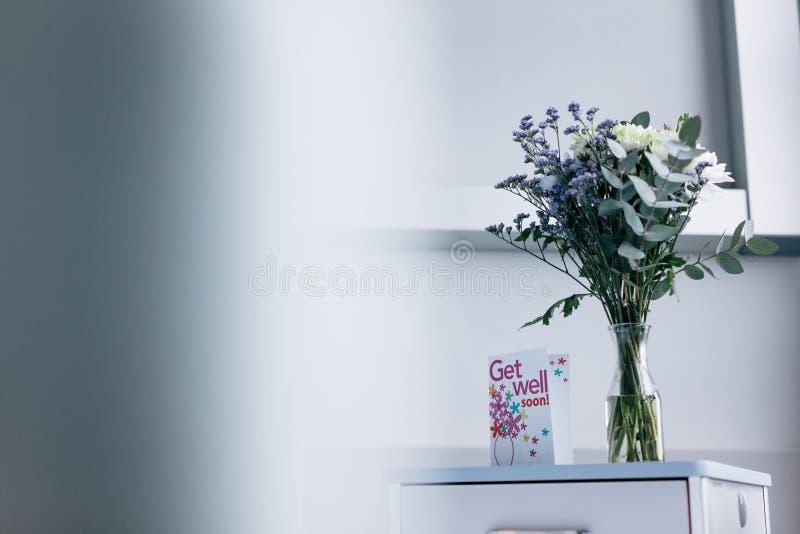 Πάρτε καλά σύντομα την κάρτα με τα λουλούδια στο θάλαμο νοσοκομείων στοκ εικόνες με δικαίωμα ελεύθερης χρήσης