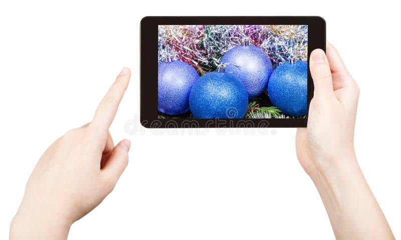 Πάρτε τη φωτογραφία των μπλε διακοσμήσεων Χριστουγέννων με το PC ταμπλετών στοκ εικόνες