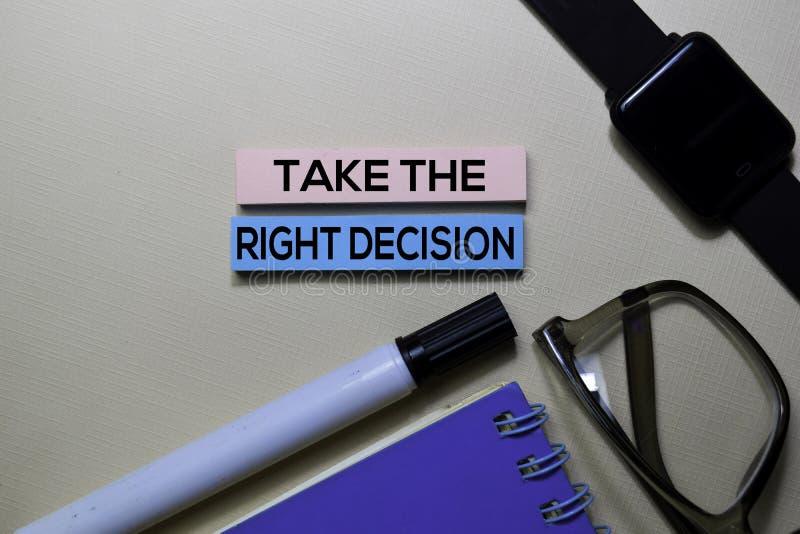 Πάρτε το σωστό κείμενο απόφασης στις κολλώδεις σημειώσεις που απομονώνονται στο γραφείο γραφείων στοκ εικόνες με δικαίωμα ελεύθερης χρήσης