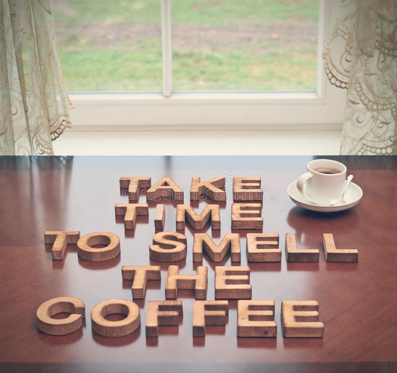 Πάρτε το χρόνο να μυριστεί ο καφές στοκ εικόνες