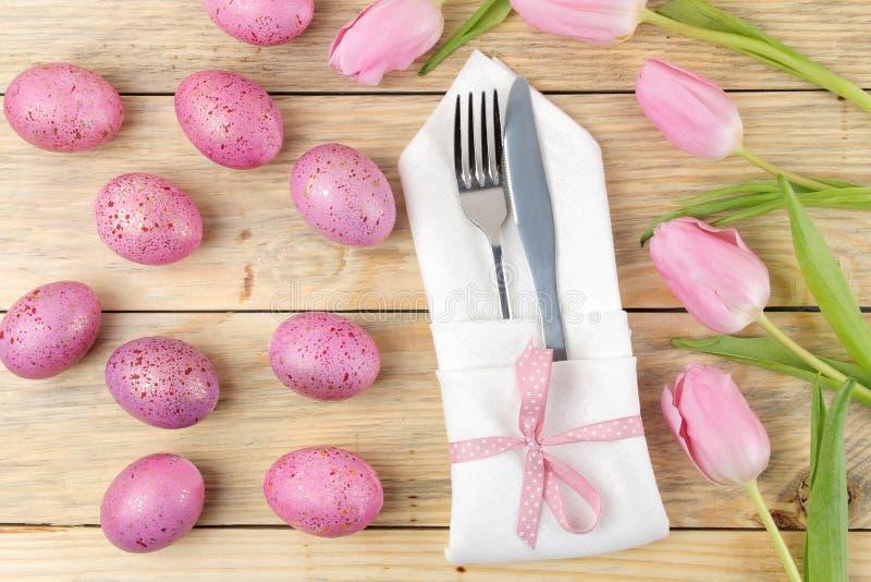 Πάσχα Επιτραπέζια ρύθμιση Πάσχας Ρόδινες αυγά Πάσχας και τουλίπες λουλουδιών σε έναν φυσικό ξύλινο πίνακα Πάσχα ευτυχές διακοπές  στοκ εικόνα με δικαίωμα ελεύθερης χρήσης