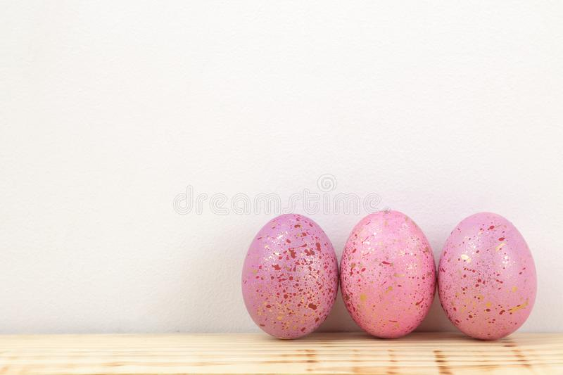 Πάσχα Ρόδινα αυγά Πάσχας σε έναν φυσικό ξύλινο πίνακα Πάσχα ευτυχές διακοπές Ελεύθερη θέση στοκ εικόνα