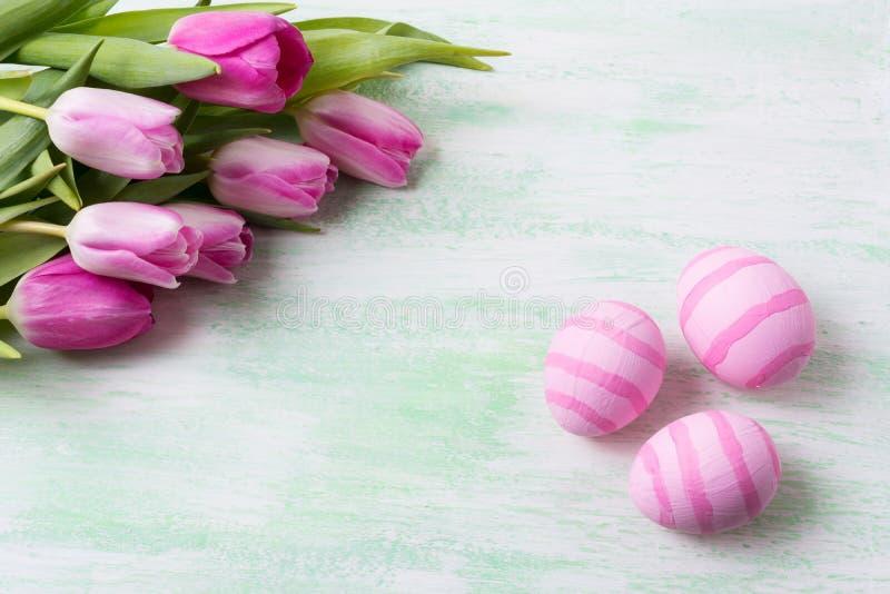 Πάσχα χλωμό - ρόδινες ριγωτές χρωματισμένες αυγά και τουλίπες στοκ φωτογραφίες με δικαίωμα ελεύθερης χρήσης
