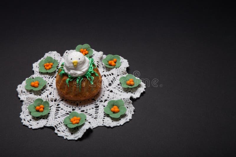 Πάσχα cupcakes με τον αστείο νεοσσό στοκ φωτογραφίες με δικαίωμα ελεύθερης χρήσης