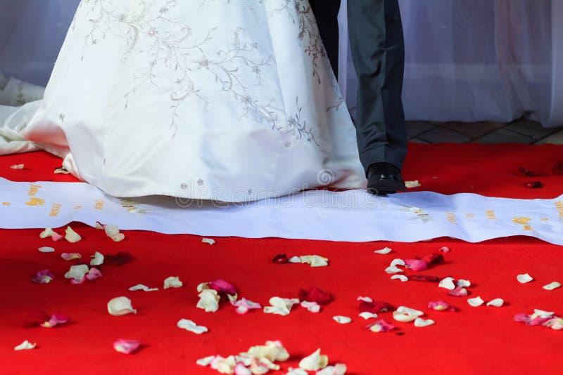 Πάτωμα με τη ροδαλή στιγμή πετάλων της γαμήλιας τελετής στοκ εικόνες