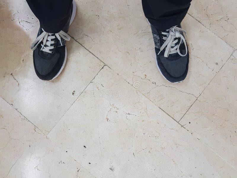 Πάτωμα των ποδιών, λεπτομέρεια των γκρίζων παπουτσιών με τις άσπρες δαντέλλες στοκ φωτογραφία με δικαίωμα ελεύθερης χρήσης
