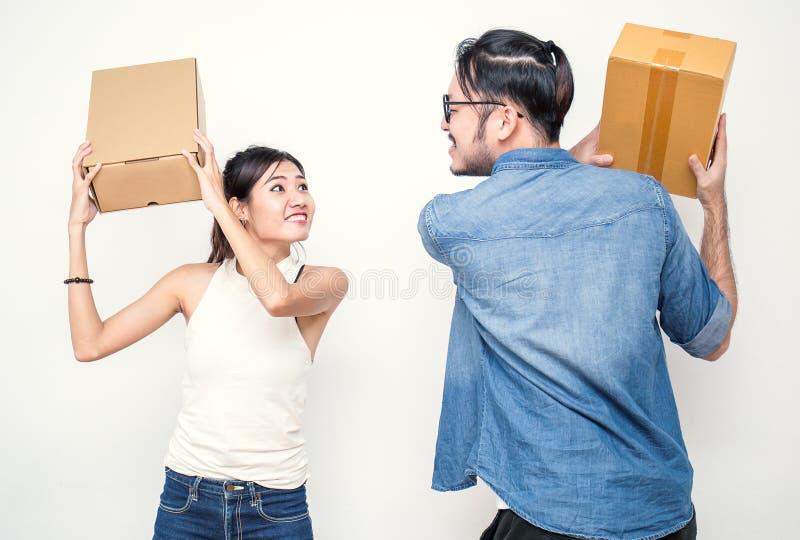 Πάλη ανδρών και γυναικών με τα κιβώτια, συσκευασία on-line μάρκετινγκ και παράδοση, έννοια ΜΜΕ στοκ εικόνες