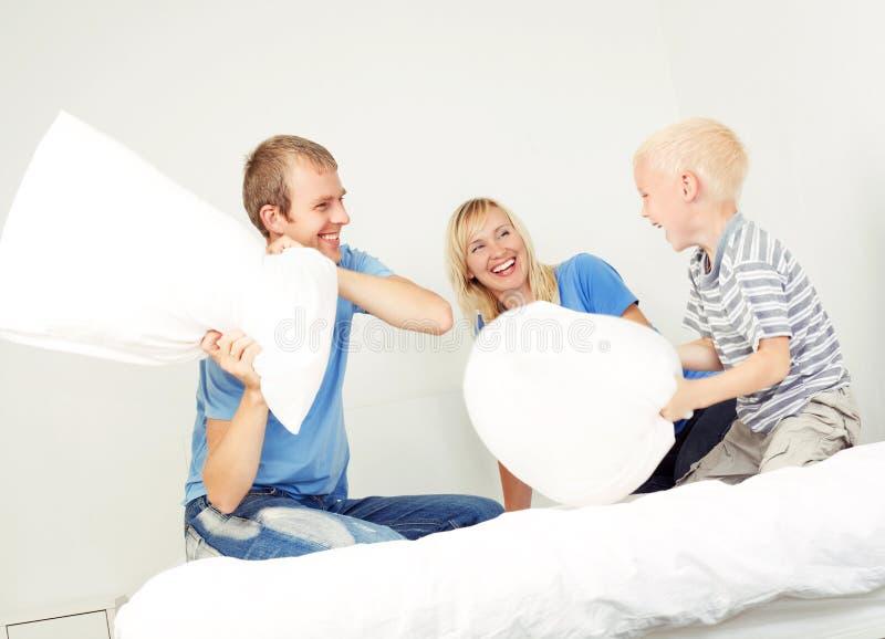 Πάλη μαξιλαριών στο σπίτι στοκ εικόνα με δικαίωμα ελεύθερης χρήσης