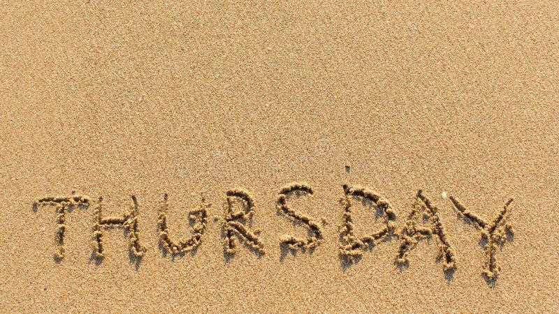 Πέμπτη - λέξη που επισύρεται την προσοχή στη φωτεινή κίτρινη άμμο παραλιών Περίληψη στοκ εικόνα
