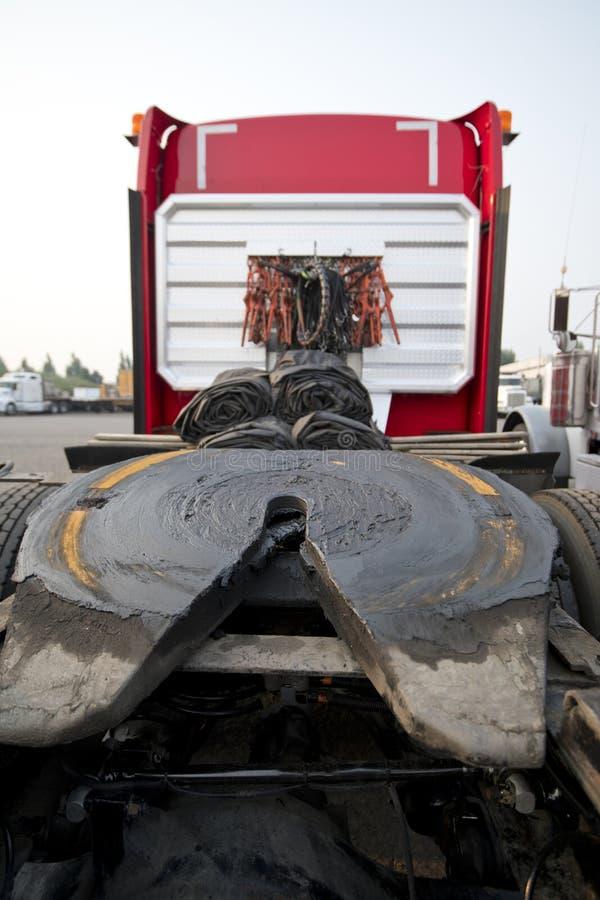 Πέμπτη ρόδα του κόκκινου μεγάλου ημι φορτηγού εγκαταστάσεων γεώτρησης στοκ φωτογραφία