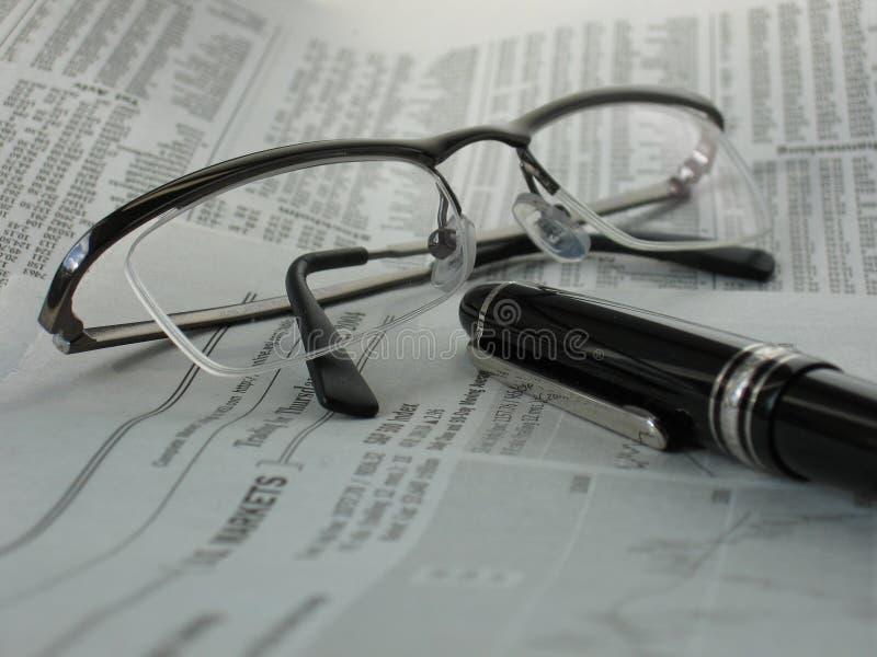 πέννα εφημερίδων γυαλιών Στοκ φωτογραφία με δικαίωμα ελεύθερης χρήσης