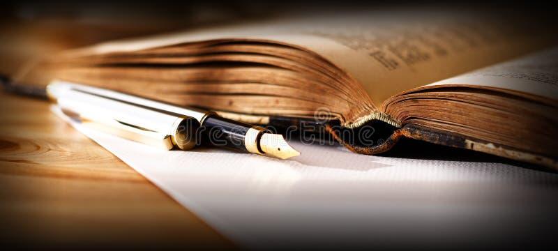 πέννα πηγών βιβλίων στοκ φωτογραφία με δικαίωμα ελεύθερης χρήσης