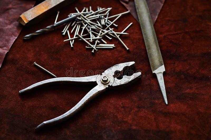 Πένσες, καρφιά, ένα αρχείο, ένα παλαιό σκουριασμένο κομμάτι του μετάλλου στοκ φωτογραφίες