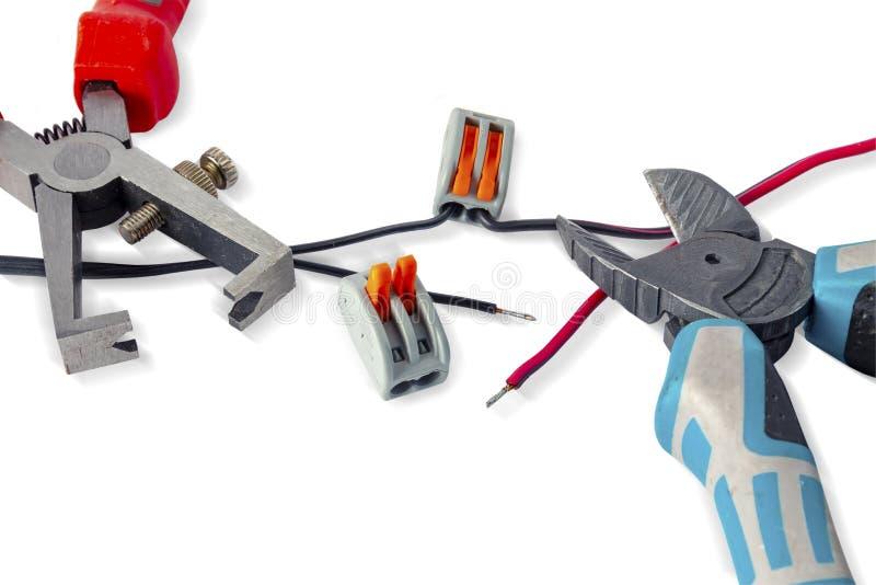 Συστατικά για τη χρήση στις ηλεκτρικές εγκαταστάσεις Πένσες περικοπών, συνδετήρες, οδηγός Εξαρτήματα για την εργασία εφαρμοσμένης στοκ φωτογραφία