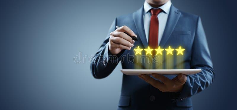 5 πέντε αστέρια που εκτιμούν την καλύτερη έννοια μάρκετινγκ Διαδικτύου επιχείρησης παροχής υπηρεσιών ποιοτικής αναθεώρησης στοκ φωτογραφία με δικαίωμα ελεύθερης χρήσης