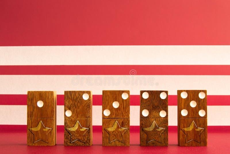 Πέντε αστέρια στα κομμάτια ντόμινο στοκ εικόνα με δικαίωμα ελεύθερης χρήσης