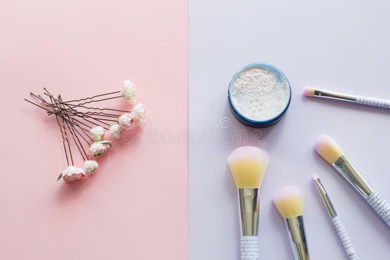 Πέντε βούρτσες makeup με την εγγραφή στη λαβή και την ορυκτή σκόνη σε ένα μπλε βάζο, γαμήλια hairpins στοκ εικόνες με δικαίωμα ελεύθερης χρήσης