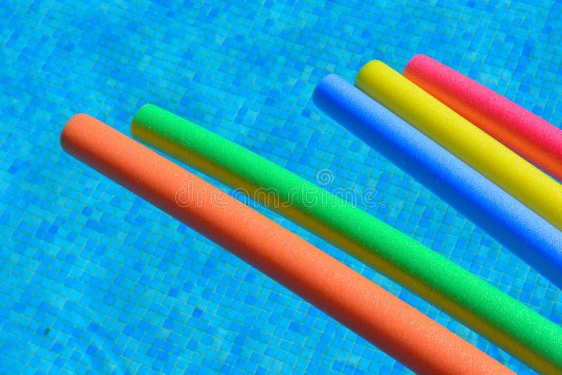 Πέντε δονούμενα, λαμπρά χρωματισμένα νουντλς λιμνών σε μια πισίνα, κανένας άνθρωπος στοκ εικόνες με δικαίωμα ελεύθερης χρήσης