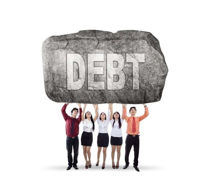 Πέντε επιχειρηματίες που κρατούν τη λέξη χρέους στοκ φωτογραφίες