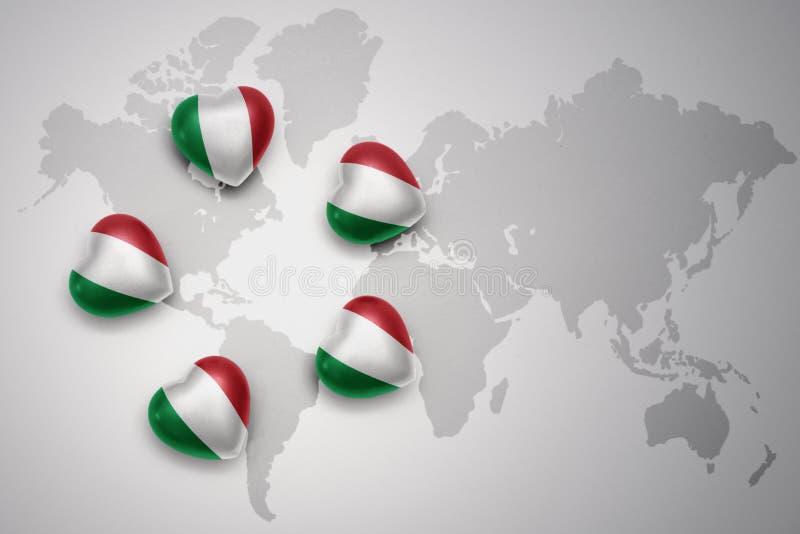 πέντε καρδιές με τη εθνική σημαία της Ιταλίας σε ένα υπόβαθρο παγκόσμιων χαρτών απεικόνιση αποθεμάτων