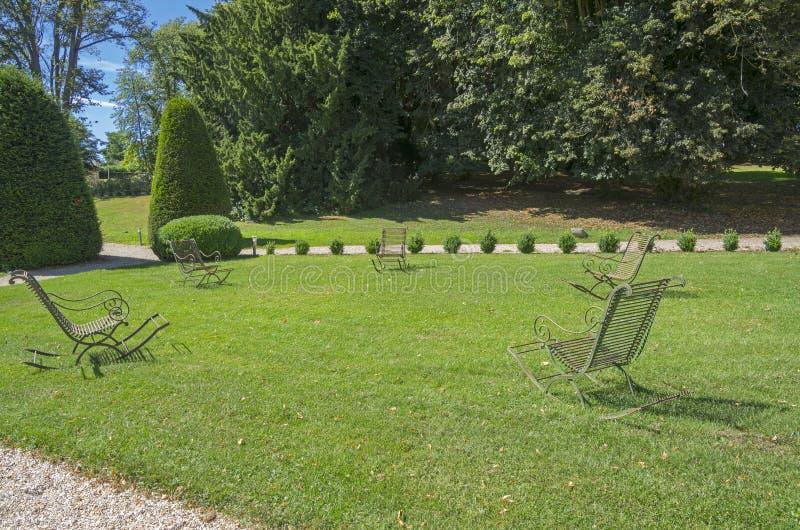 Πέντε κενές λικνίζοντας καρέκλες μετάλλων. στοκ φωτογραφίες με δικαίωμα ελεύθερης χρήσης