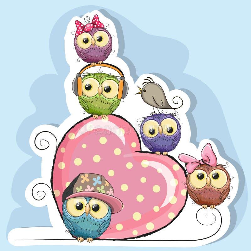 Πέντε κουκουβάγιες κάθονται σε μια καρδιά ελεύθερη απεικόνιση δικαιώματος