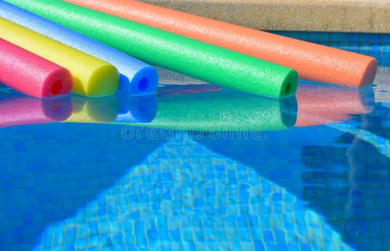Πέντε λαμπρά χρωματισμένα νουντλς λιμνών σε μια πισίνα, κανένας άνθρωπος στοκ φωτογραφίες