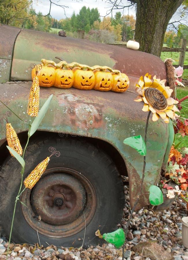 Πέντε μικρές κολοκύθες στο παλαιό αυτοκίνητο στοκ φωτογραφία