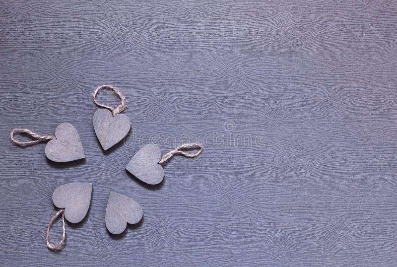 Πέντε ξύλινες γκρίζες καρδιές από κοινού στοκ εικόνες