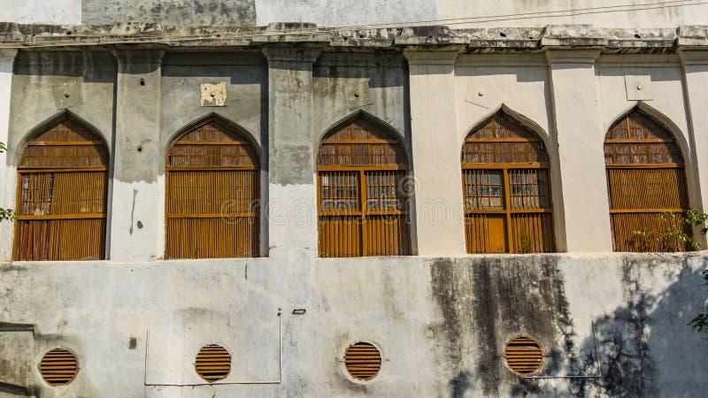 Πέντε παλαιά κλειστά παράθυρα με τη μορφή αψίδων στοκ εικόνες