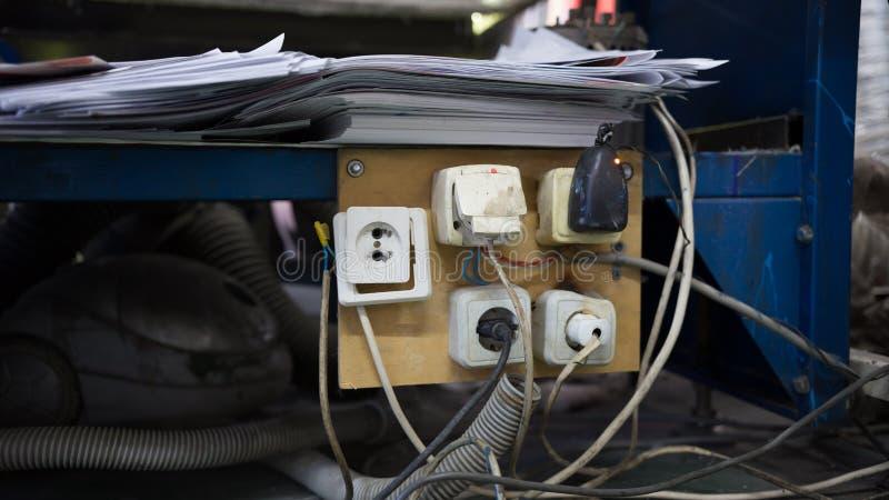 Πέντε παλαιές υποδοχές που συνδέονται στο στούντιο εργαστηρίων στοκ φωτογραφία με δικαίωμα ελεύθερης χρήσης