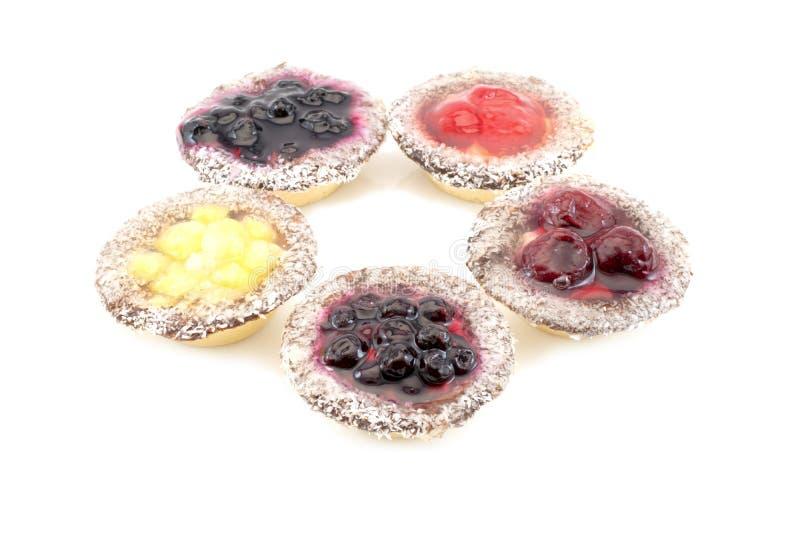 Πέντε συσσωματώνουν με τη σταφίδα και το κεράσι βακκινίων φραουλών ανανά που απομονώνονται σε ένα άσπρο υπόβαθρο στοκ εικόνες