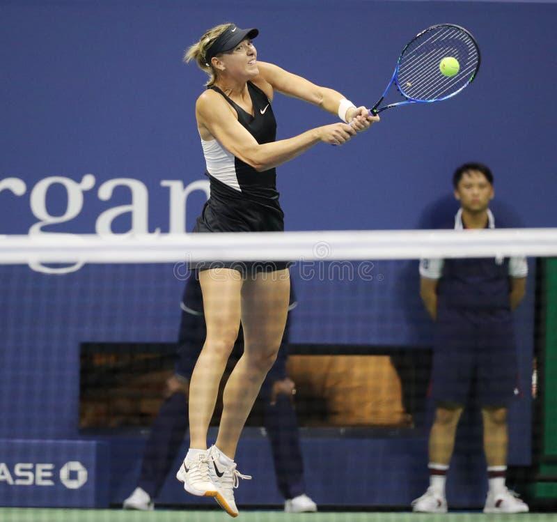 Πέντε φορές πρωτοπόρος Μαρία Σαράποβα του Grand Slam της Ρωσίας στη δράση κατά τη διάρκεια του ανοικτού κύκλου 2018 ΗΠΑ αντιστοιχ στοκ φωτογραφία με δικαίωμα ελεύθερης χρήσης