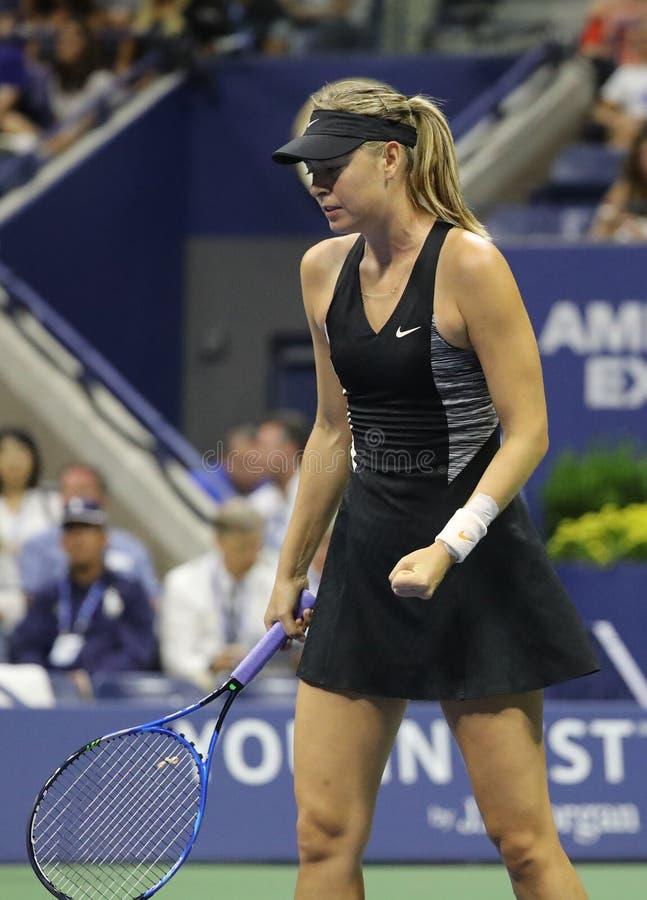 Πέντε φορές πρωτοπόρος Μαρία Σαράποβα του Grand Slam της Ρωσίας στη δράση κατά τη διάρκεια του ανοικτού κύκλου 2018 ΗΠΑ αντιστοιχ στοκ εικόνες
