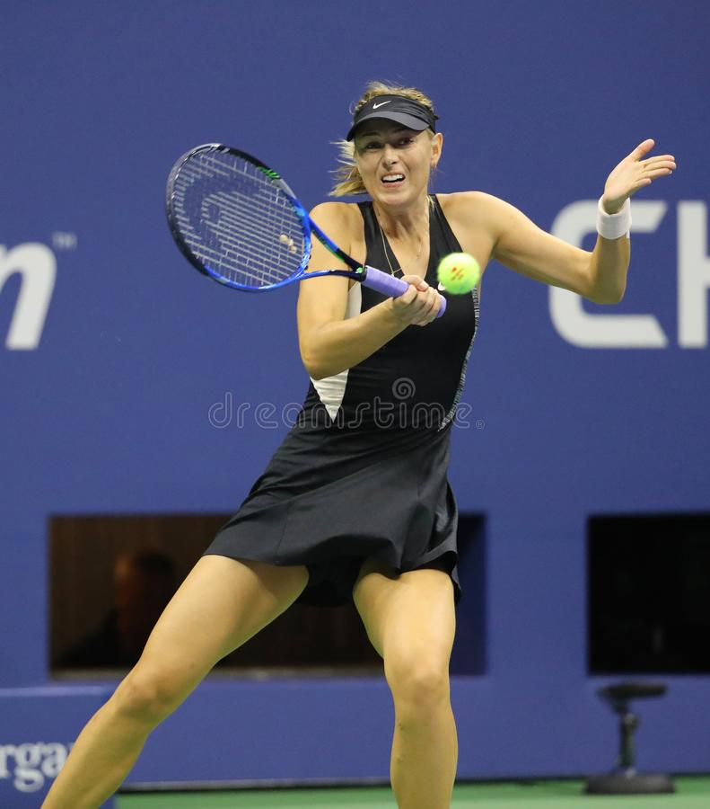 Πέντε φορές πρωτοπόρος Μαρία Σαράποβα του Grand Slam της Ρωσίας στη δράση κατά τη διάρκεια του ανοικτού κύκλου 2018 ΗΠΑ αντιστοιχ στοκ εικόνες με δικαίωμα ελεύθερης χρήσης