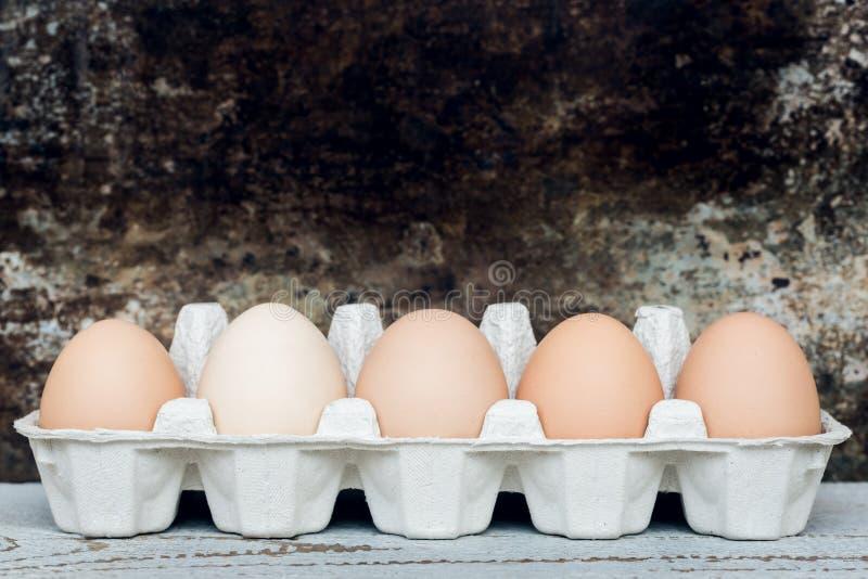 Πέντε φυσικά αυγά Πάσχας, ευτυχές αναδρομικό υπόβαθρο Πάσχας στοκ φωτογραφίες