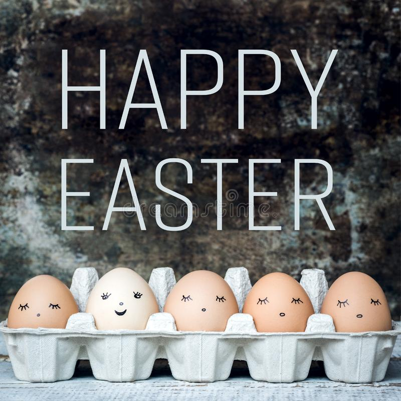 Πέντε φυσικά χαριτωμένα αυγά Πάσχας με τα πρόσωπα, ευτυχές Πάσχα αναδρομικό στοκ φωτογραφία με δικαίωμα ελεύθερης χρήσης