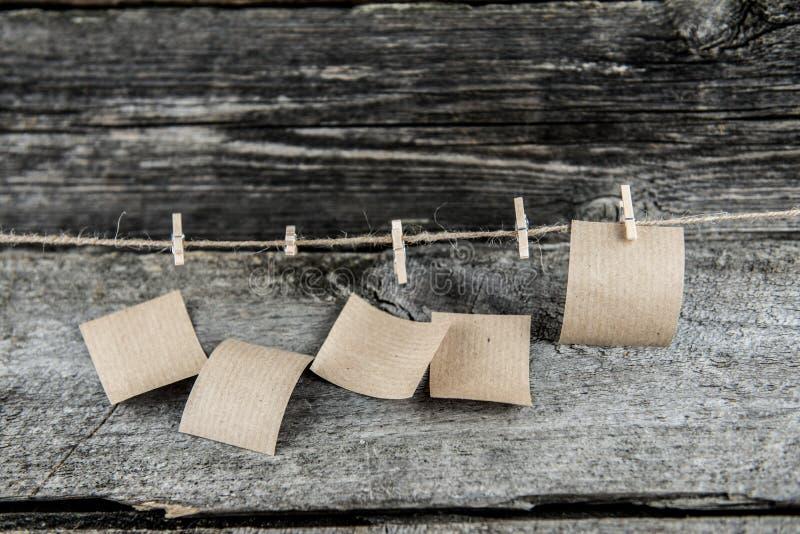 Πέντε φύλλα καφετιού εγγράφου, μόνο ένα αφήνονται στοκ φωτογραφίες