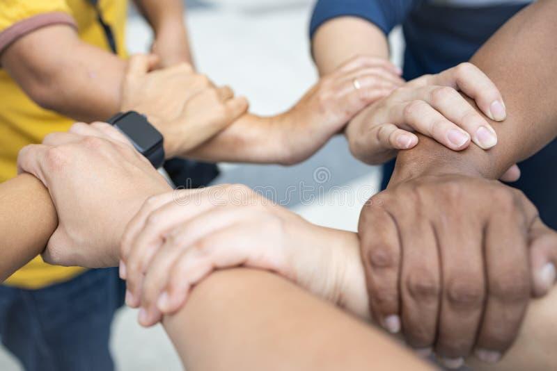 Πέντε χέρια αλυσίδων, ενότητα της συνεργασίας και ομαδική εργασία στοκ εικόνες με δικαίωμα ελεύθερης χρήσης