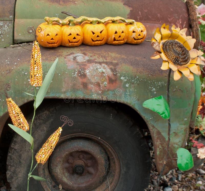 Πέντε χαρασμένες κολοκύθες στο παλαιό αυτοκίνητο με το καλαμπόκι και τον ηλίανθο στοκ φωτογραφίες με δικαίωμα ελεύθερης χρήσης