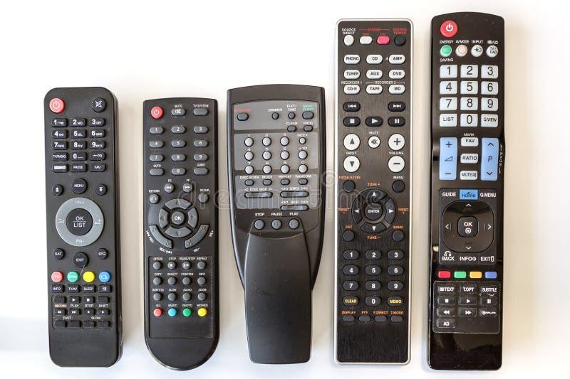 Πέντε χρησιμοποιημένοι τηλεχειρισμοί σχετικά με το άσπρο υπόβαθρο στοκ εικόνες