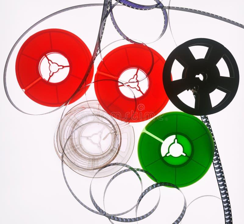Πέντε χρωματισμένα εξέλικτρα ταινιών σε ένα άσπρο blackground στοκ εικόνες