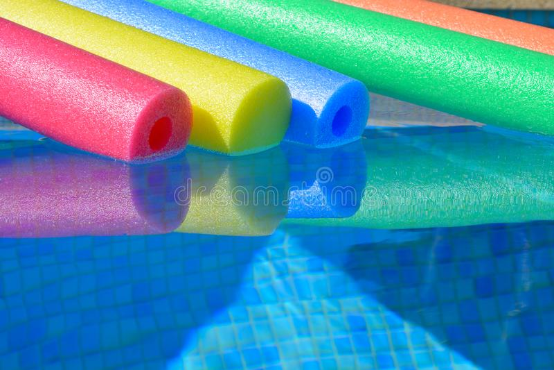 Πέντε χρωματισμένα ουράνιο τόξο νουντλς λιμνών σε μια πισίνα, κανένας άνθρωπος στοκ εικόνα με δικαίωμα ελεύθερης χρήσης