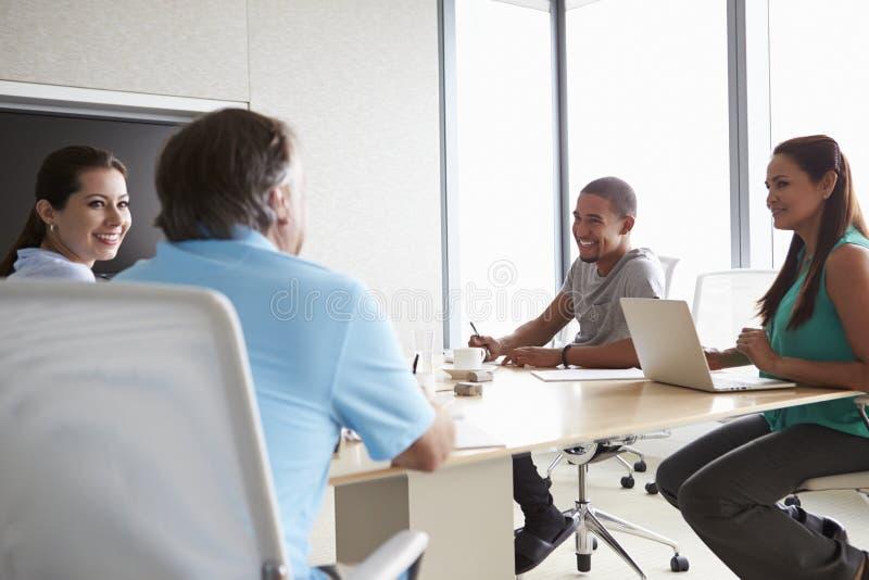 Πέντε Businesspeople που διοργανώνουν τη συνεδρίαση στην αίθουσα συνεδριάσεων στοκ φωτογραφίες