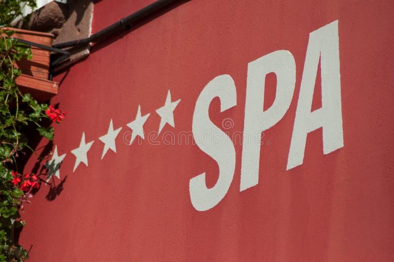 πέντε stars hotel spa σύστημα σηματοδότησης στον κόκκινο λιθοστρωμένο τοίχο στοκ φωτογραφία με δικαίωμα ελεύθερης χρήσης