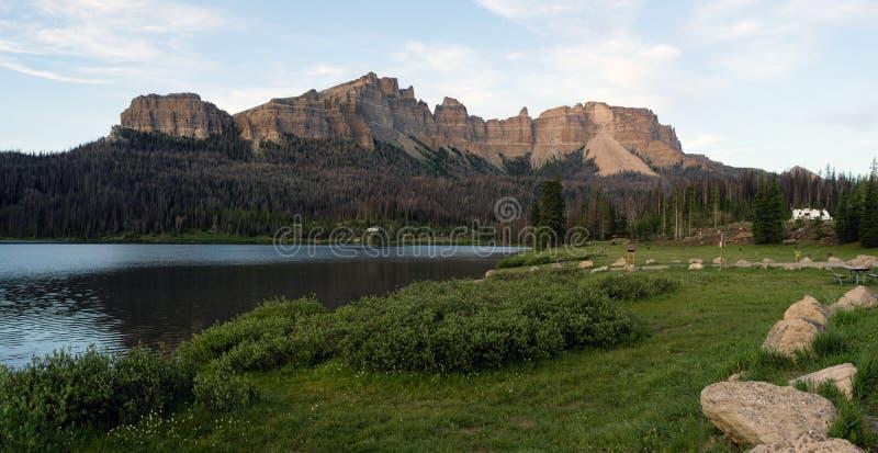 Πέρασμα Ουαϊόμινγκ Togwotee λόφων πυραμίδας Campground λιμνών ρυακιών στοκ εικόνες με δικαίωμα ελεύθερης χρήσης
