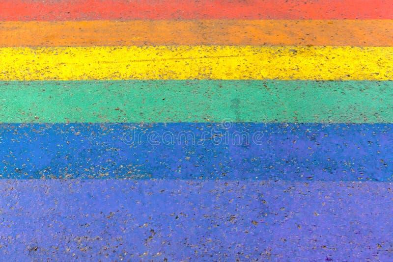 Πέρασμα στην οδό των χρωμάτων σημαιών υπερηφάνειας ουράνιων τόξων LGBTQI ή LGBT ως υπόβαθρο στοκ εικόνες